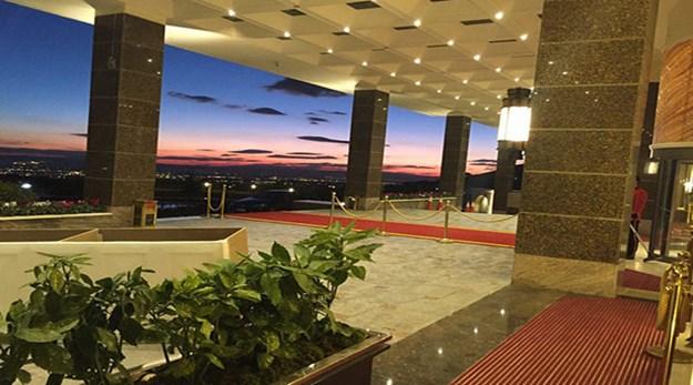 نمای درب ورودی هتل اسپیناس پالاس تهران-اسپیناس پالاس