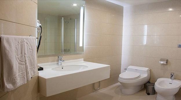 نمای سرویس بهداشتی اتاق هتل بزرگ ۲ تهران-بزرگ ٢