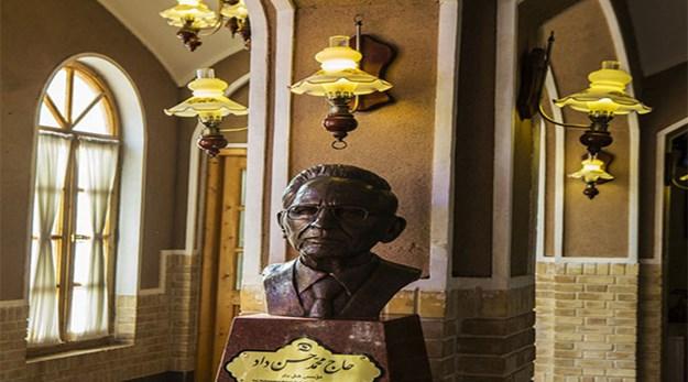 مجسمه بنیانگذار هتل داد یزد-داد